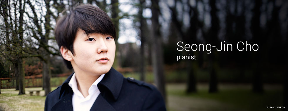 Piano soloist Seong-Jin Cho looks to the left.